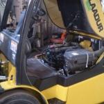 Sisepõemismootoriga tõstuki pilt avatud kapotiga